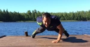 Jahn macht einarmige Push Ups in Finnland