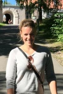 Jenny vor einer Burg in Schweden