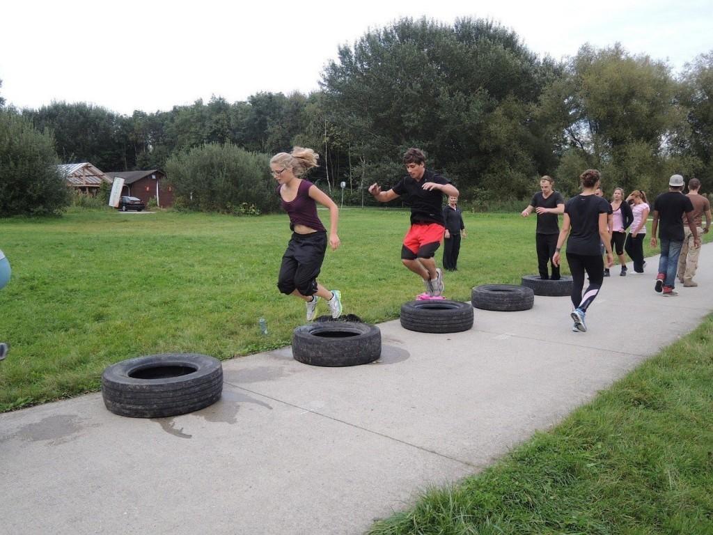 Crossfit durch Reifen springen