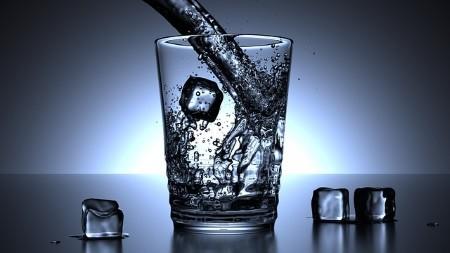 ein glas kaltes wasser kann ein echt gesunder und natuerlicher energiebooster sein