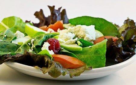 Gesund essen bei der Arbeit - Salat als gesunde Alternative