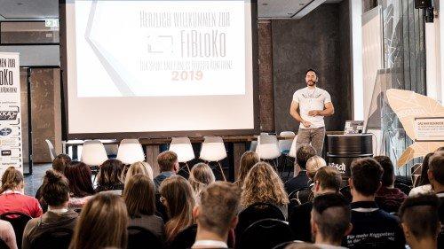 Jahn von FItvolution auf der Bühne bei der FiBloKo 2019