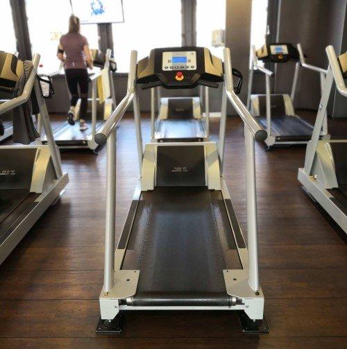 Professionelle Laufbänder in einem Fitnessstudio für Dein Homegym-Equipment