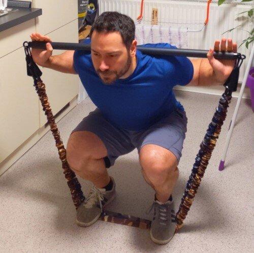 Kniebeugen ohne Gewichte unterwegs mit Widerstandsbändern