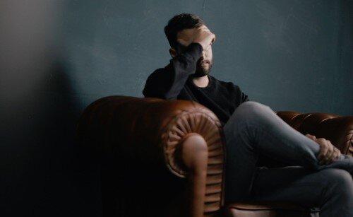 Kopfschmerzen, Müdigkeit und schlechte Laune - mögliche Nachteile einer fettarmen Ernährung